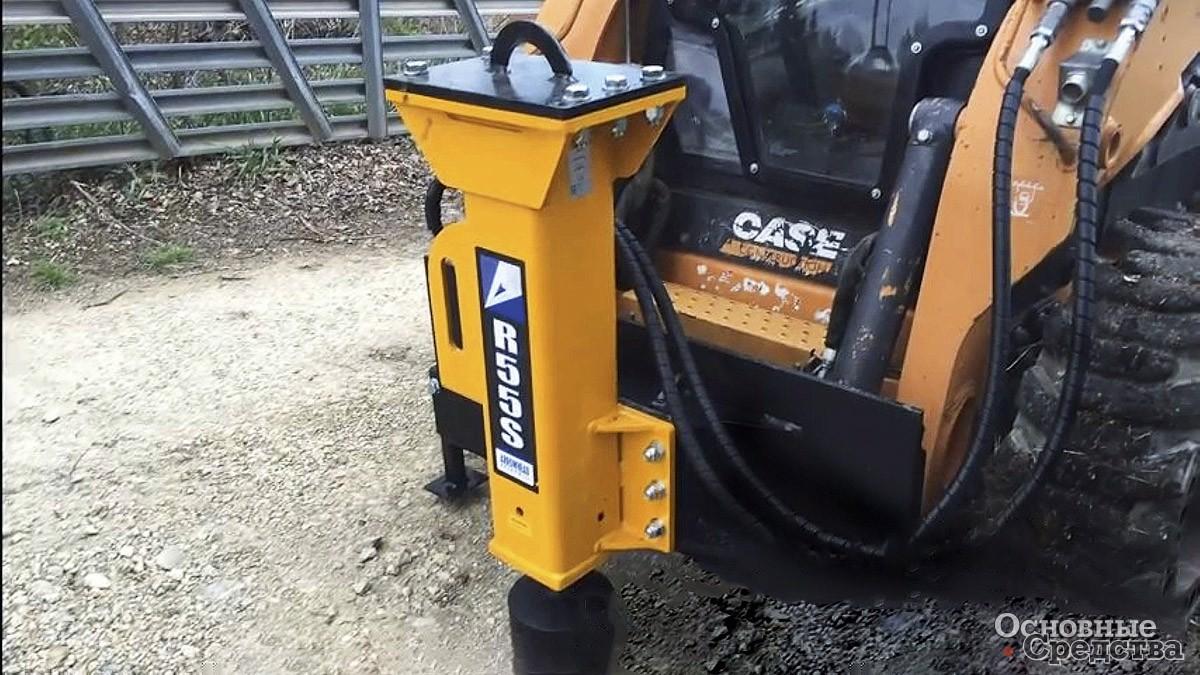 Навесная сваебойная установка Arrowhead R55D Post Driver используется при забивании опор барьеров и дорожных знаков