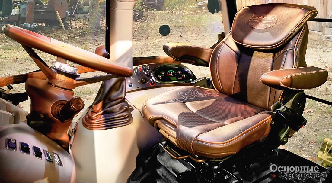 В кабине экскаватора-погрузчика Case 580 Super N Wide Track великолепная обзорность, удобное кресло оператора, звуко- и пылеизоляция