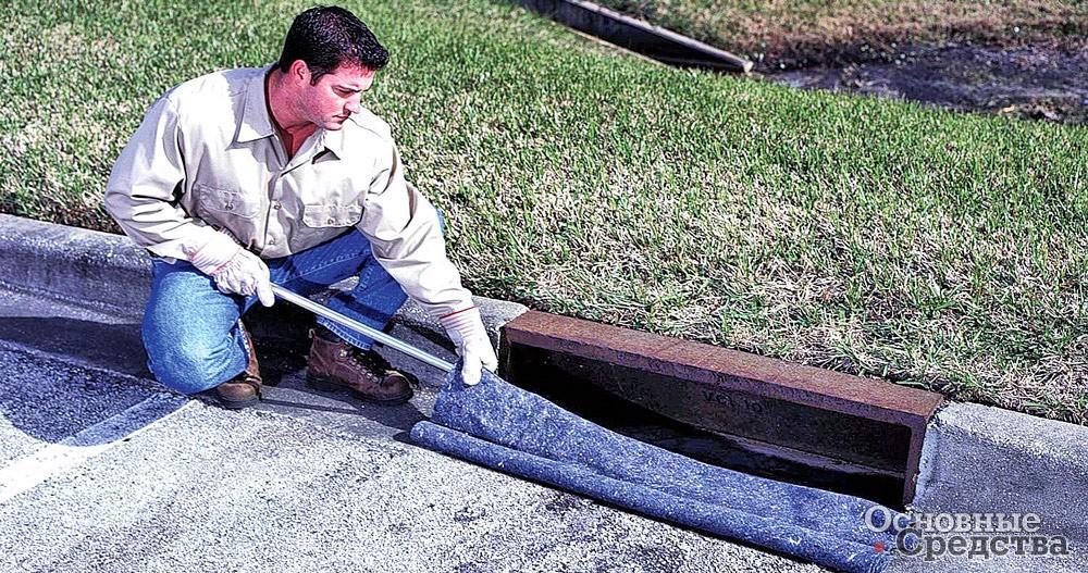 Фильтрующая ткань в канале для слива дождевых вод