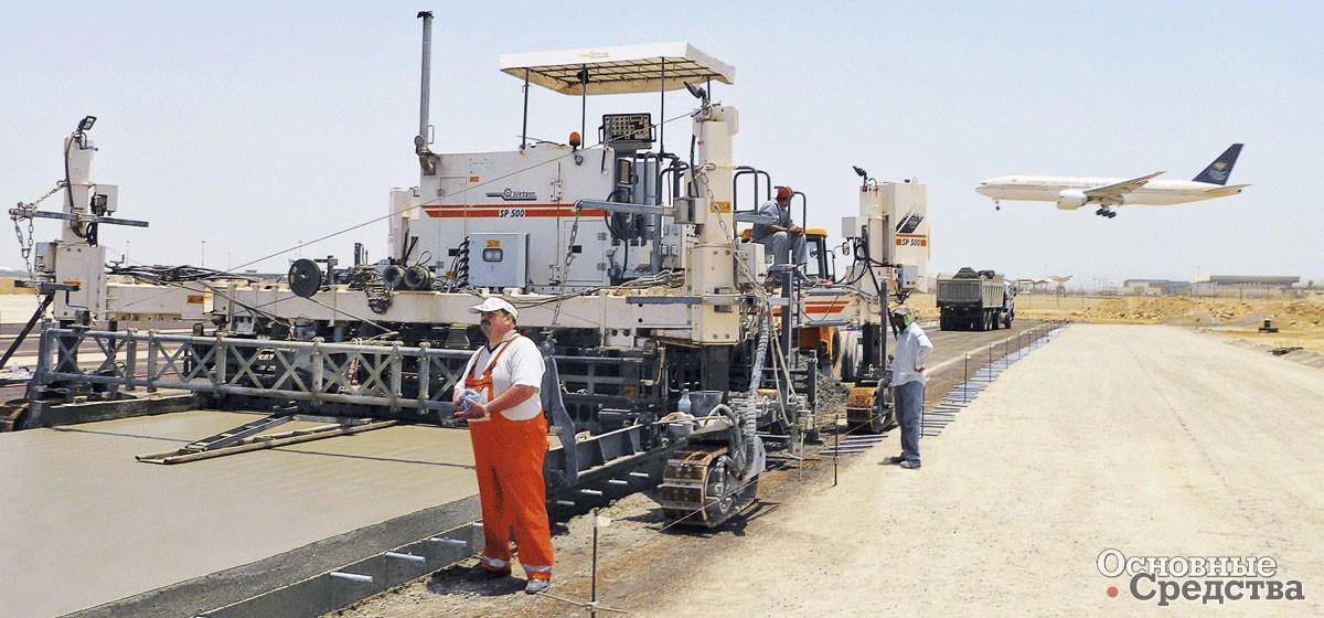Раздвижная прочная и жесткая рама Wirtgen SP 500 позволяет обрабатывать дорожную поверхность на ширину 2–6 м за проход, бетоноукладчик наносит слой бетона до 400 мм