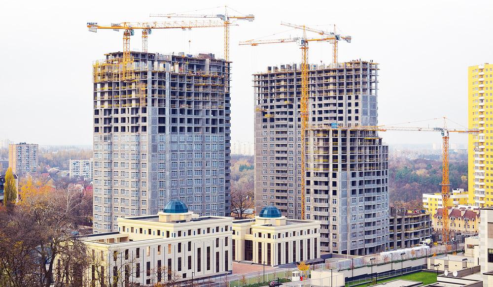 Строительство здания когда кран находиться внутри здания