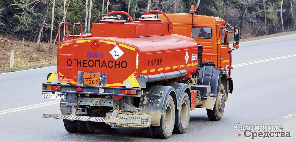 К грузовику-бензовозу можно присоединить прицеп, фактически удвоив объем перевозимого за рейс топлива