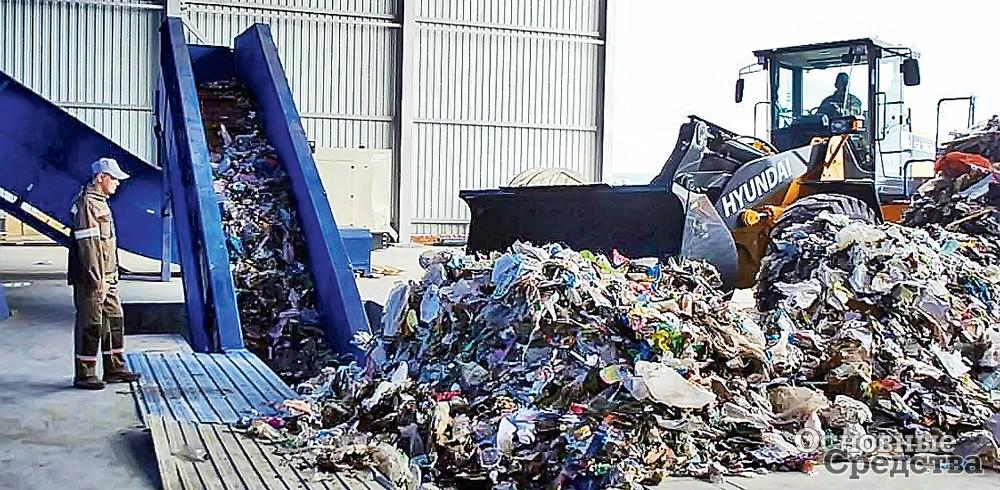 Загрузка мусора в пресс