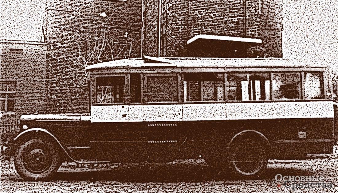 Хорошо ехать в газогенераторном автобусе: кондуктор не только продает билеты, но и кидает дрова в топку, а пассажиры в пути греются у раскаленной «печки»