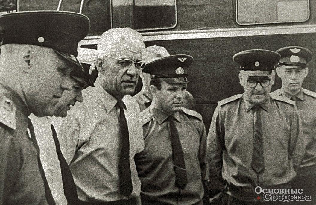 В июле 1966 г В.А. Грачёв (второй слева) знакомил с ПЭУ-1 делегацию, в составе которой были летчики-космонавты Ю.А. Гагарин и А.А. Леонов