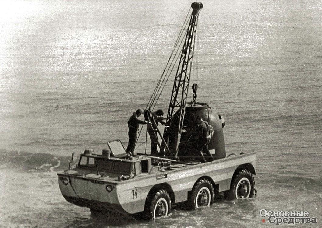 Погрузка спускаемого аппарата в прибрежной полосе