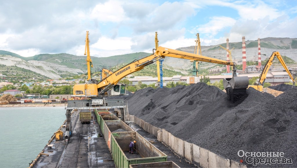 Для перевалки угля и чугунных чушек в зону разгрузки вагонов Новороссийского морского торгового порта были поставлены два полноповоротных перегружателя LH 150 ETG