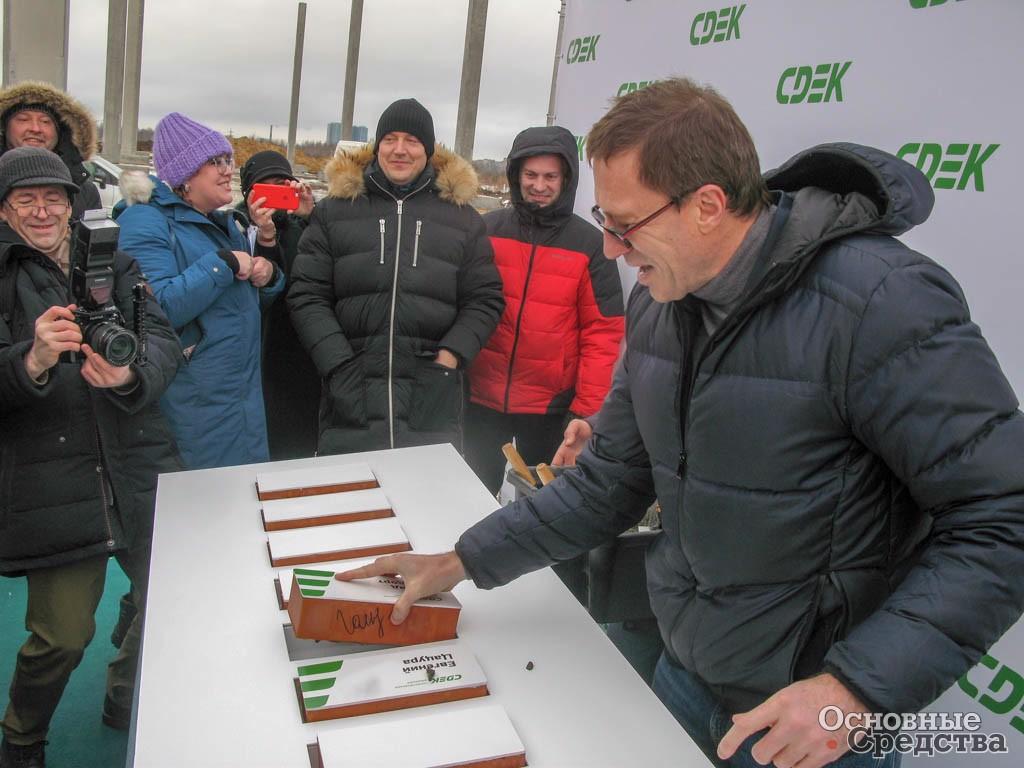 Л. Гольдорт закладывает камень в основание нового склада